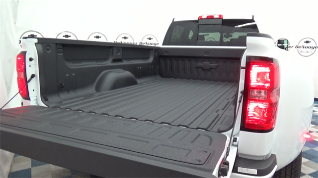2017 Silverado 3500 Crew Cab 4x4, Pickup #T170780 - photo 23