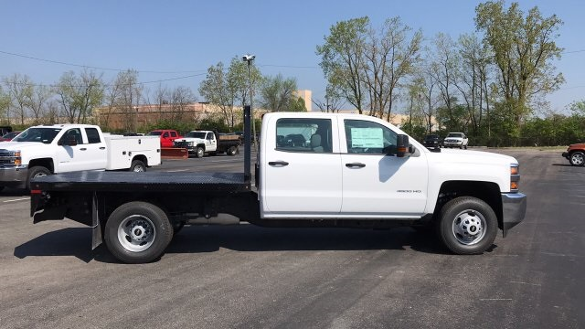 2018 Silverado 3500 Crew Cab DRW 4x4, Platform Body #JF230862 - photo 3