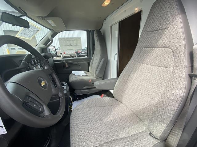 2021 Chevrolet Express 3500 4x2, Supreme Iner-City Cutaway Van #2101650 - photo 6
