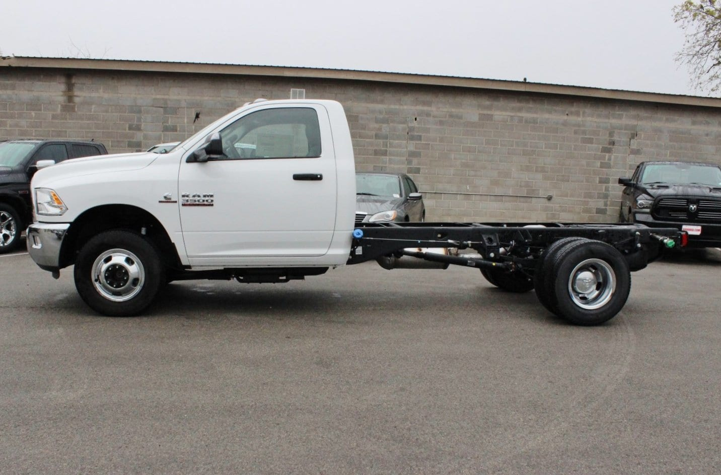 2017 Ram 3500 Regular Cab DRW 4x4 Cab Chassis #TG739877 - photo 3