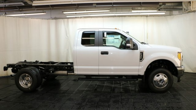 2017 F-350 Super Cab DRW 4x4 Cab Chassis #F105633 - photo 3