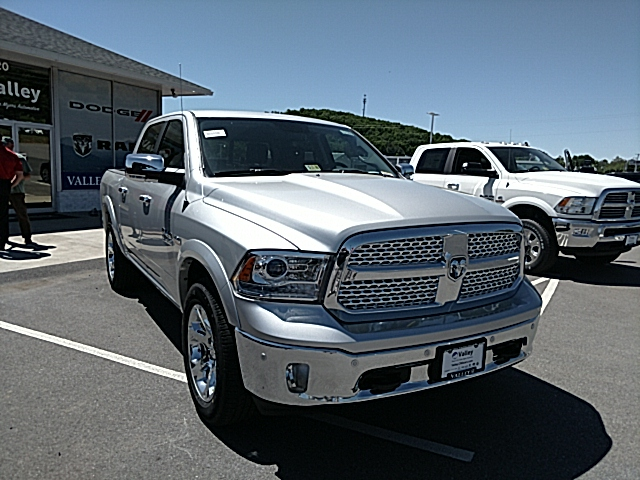 2017 Ram 1500 Crew Cab 4x4, Pickup #R61099 - photo 4