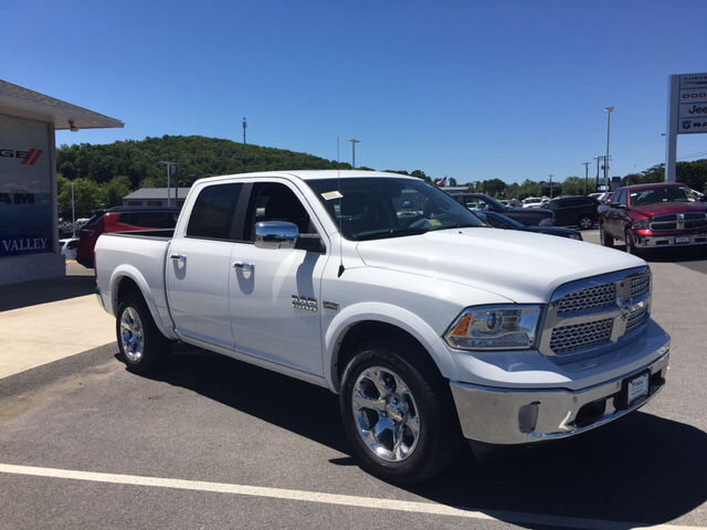 2017 Ram 1500 Crew Cab 4x4, Pickup #R61112 - photo 4