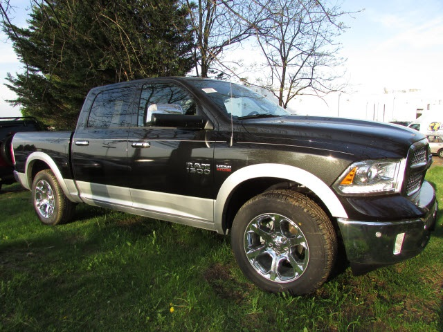 2017 Ram 1500 Crew Cab 4x4, Pickup #45702852 - photo 3