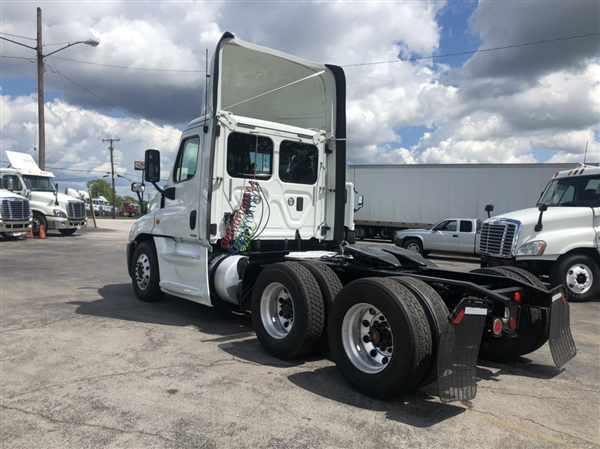 2015 Freightliner Truck, Tractor #641463 - photo 1
