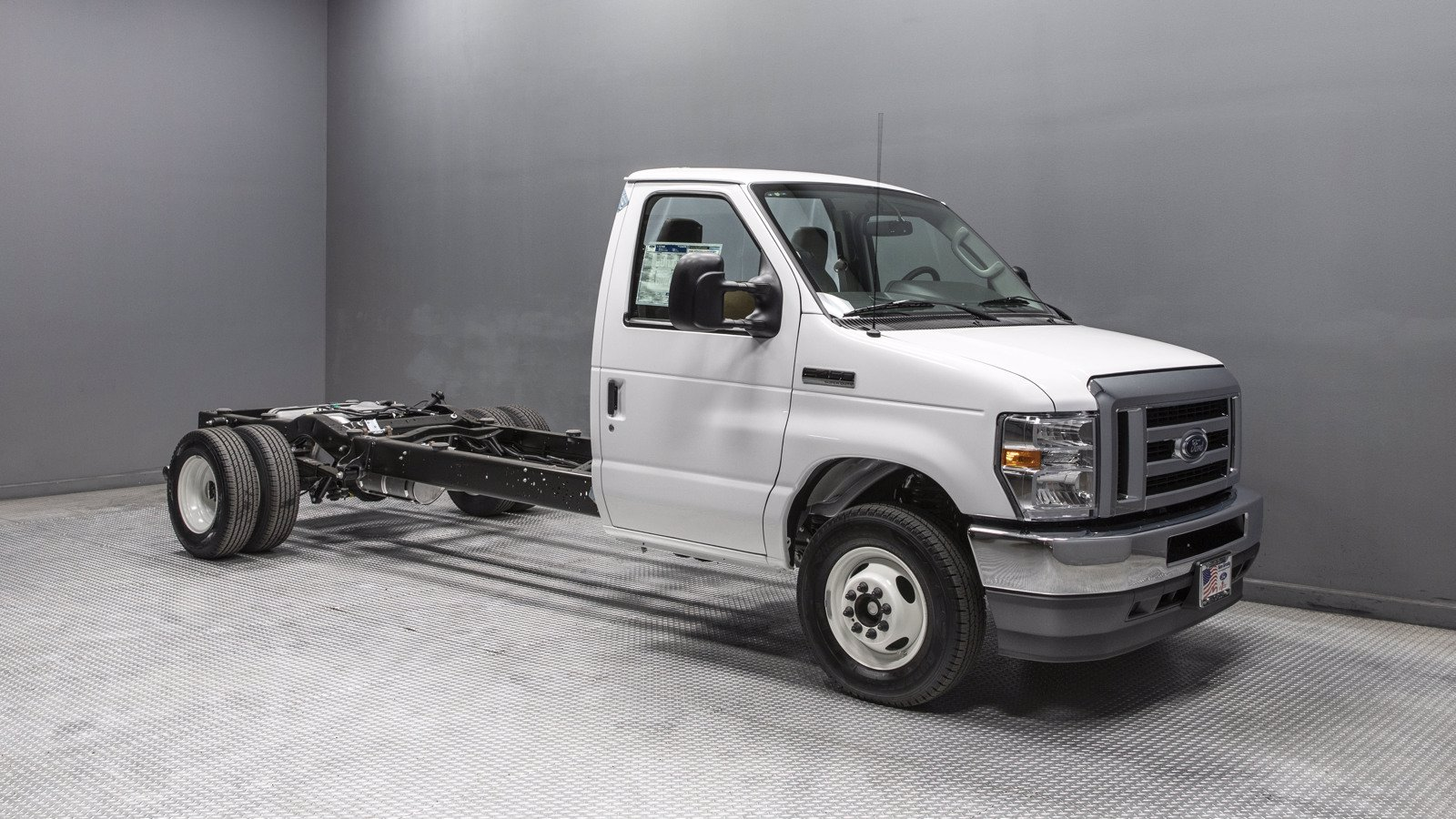 2021 Ford E-450 4x2, Cutaway #210021 - photo 1