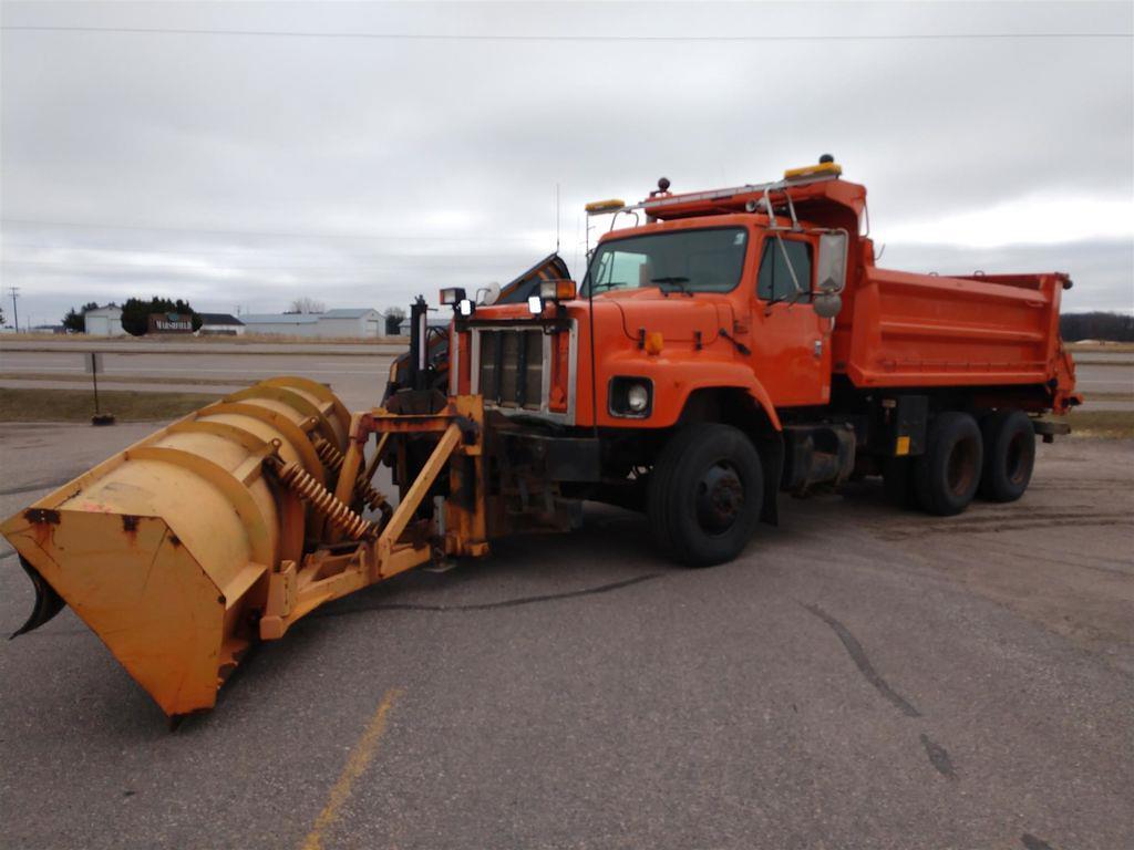 2002 International Truck 6x4, Dump Body #423A-21 - photo 1